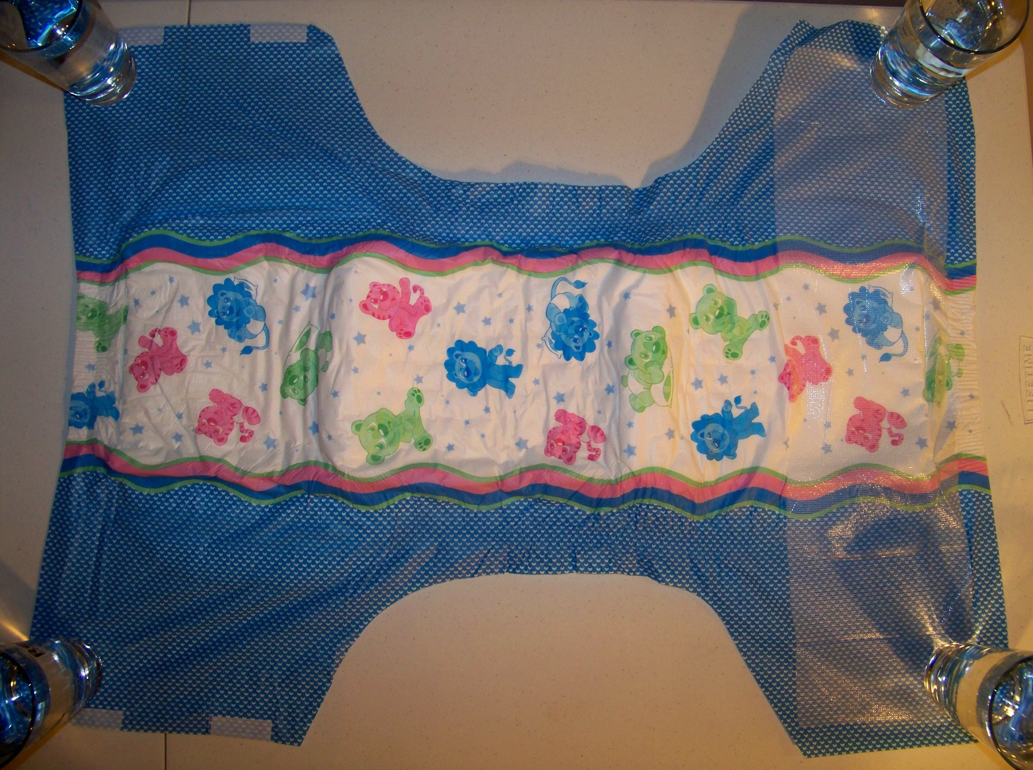 The padding feels dense with a firm and oily cotton texture. The diaper has  standing leak guards. It features elastic waistbands in both the front and  back.